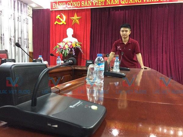 Kỹ thuật viên Công ty cổ phần âm thanh Lạc Việt chụp ảnh kỷ niệm tại dự án
