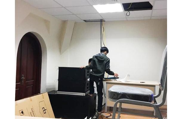 Kĩ thuật viên của Lạc Việt Audio đang lắp đặt hệ thống