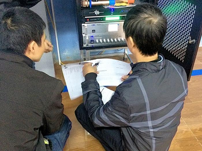 Cán bộ phụ trách nghiệm thu kỹ thuật và thiết bị khi Lạc Việt hoàn thành lắp đặt và bàn giao