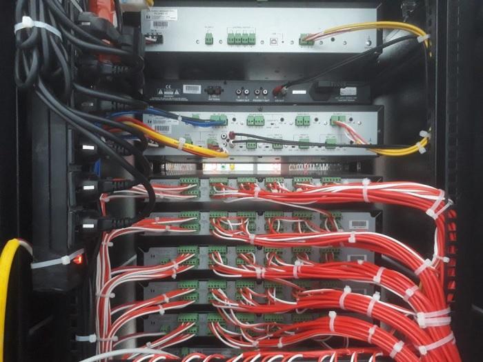 Mặt sau được Lạc Việt Audio lắp đặt kết nối gọn gàng