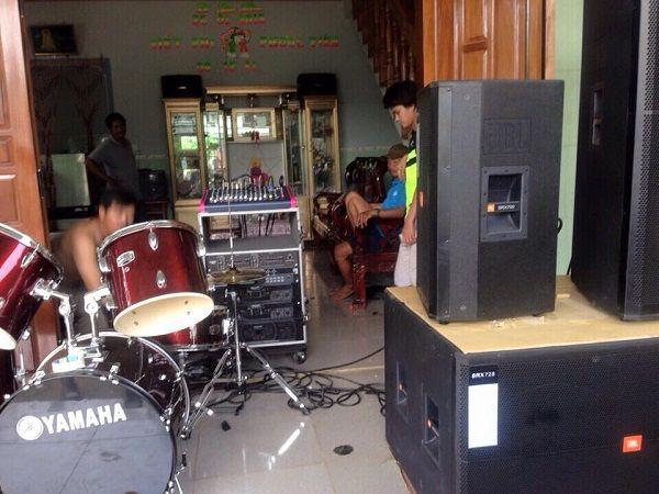 Dàn âm thanh đám cưới được lắp đặt tại nhà anh Long Bình Định