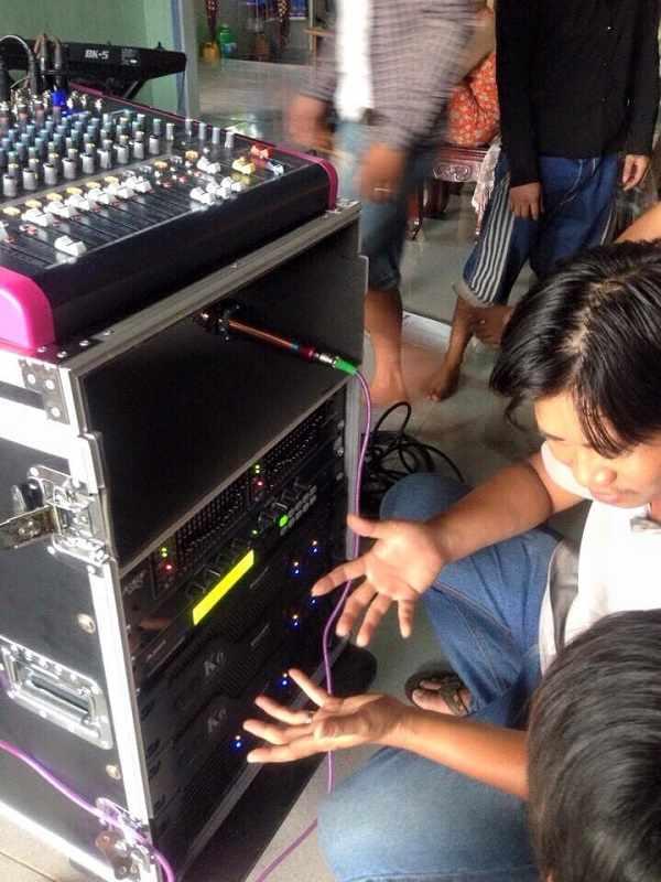 Kỹ Thuật Lạc Việt Audio hướng dẫn anh Long cách kết nối và điều chỉnh từng thiết bị