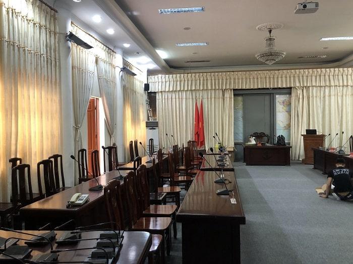 Nhân viên kỹ thuật Lạc Việt Audio lắp đặt theo chỉ đạo và giám sát của cán bộ cơ sở