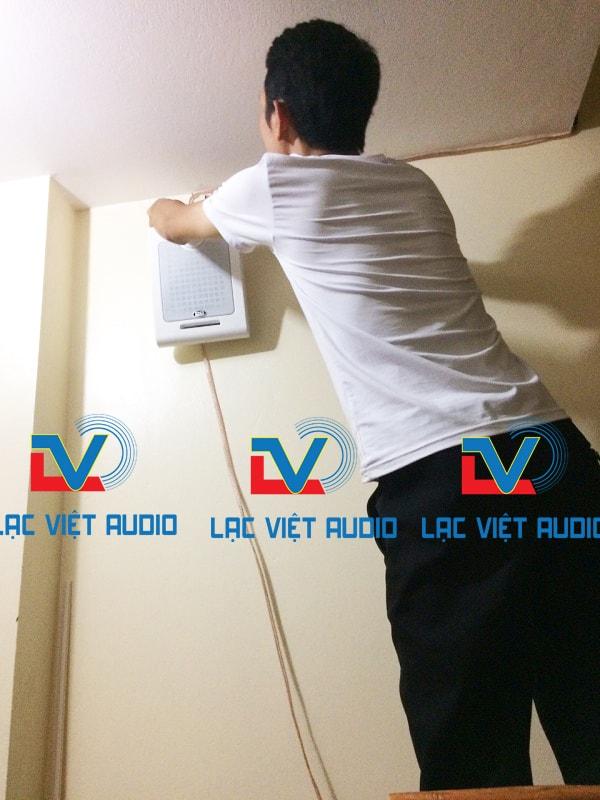 Hình ảnh nhân viên Lạc Việt Audio thi công lắp đặt