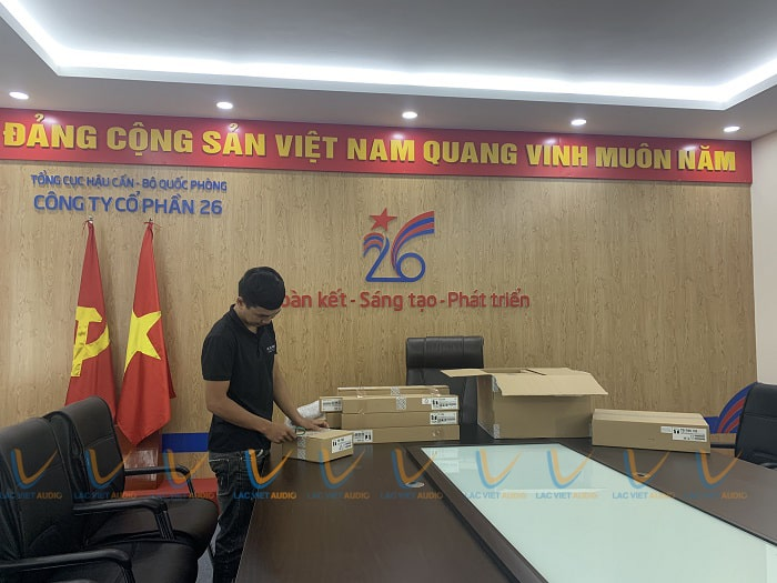 Lạc Việt Audio chuyển micro đến phòng họp để cán bộ kiểm tra và bắt đầu lắp đặt