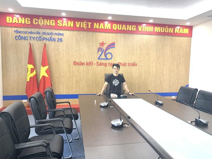 Nhân viên kỹ thuật âm thanh Lạc Việt lắp đặt xong, test thử trước khi bàn giao