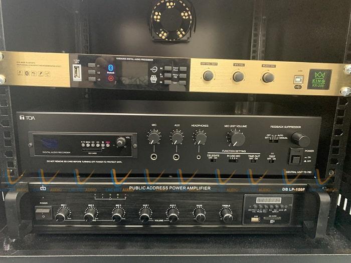 Hệ thống thiết bị điều khiển được đặt trong tủ rack âm thanh trong phòng kỹ thuật