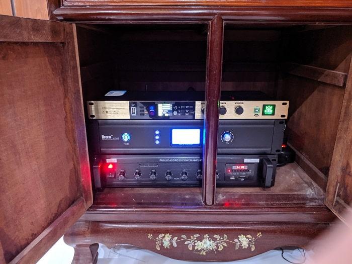 Hệ thống bộ điều khiển trung tâm và thiết bị amply, feedback được bố trí ở tủ kỹ thuật