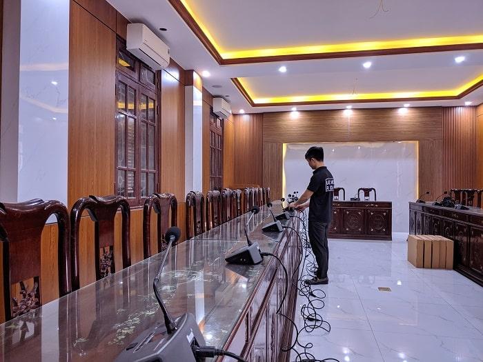 Hệ thống âm thanh được kỹ thuật viên âm thanh Lạc Việt lắp đặt theo sự bố trí của cán bộ phụ trách