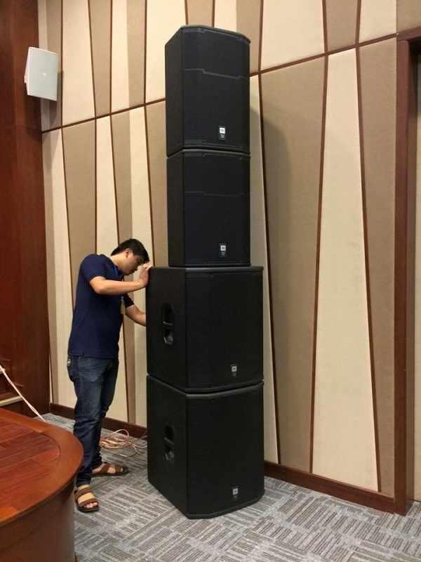 Nhân viên kỹ thuật Lạc Việt Audio lắp đặt dàn âm thanh tại hội trường
