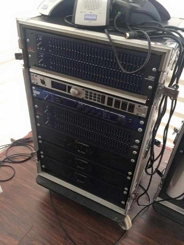 Thiết bị âm thanh xử lỹ được đặt trong tủ rack phòng kỹ thuật