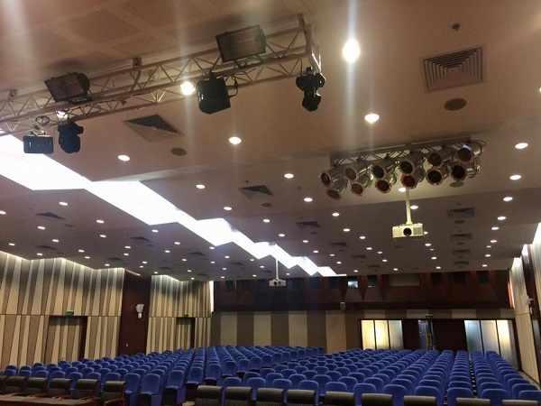 Hệ thống đèn sân khấu trong hội trường tòa nhà