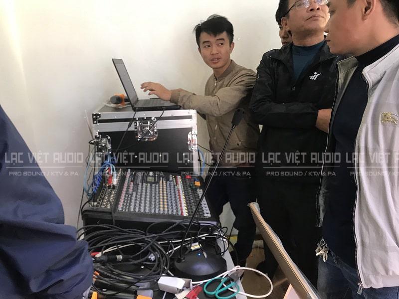 Kỹ thuật viên âm thanh và ánh sáng Lạc Việt tiến hành căn chỉnh và hướng dẫn sử dụng
