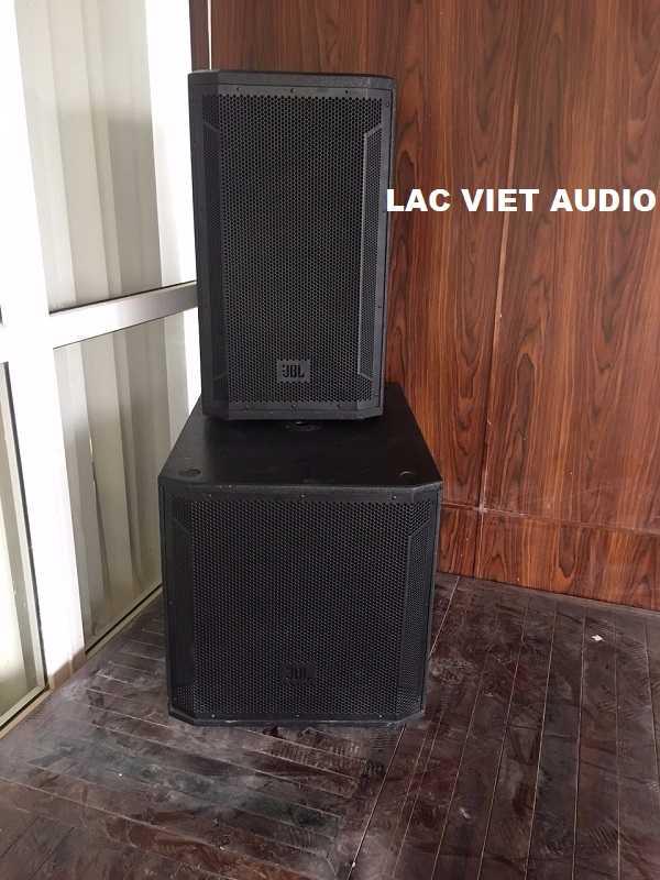 Loa JBL STX815 và JBL STX818S được đặt phía trên sân khấu