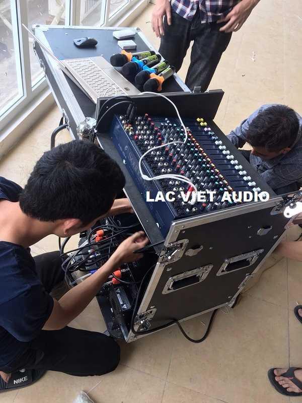 Nhân viên kỹ thuật tiến hành lắp thiết bị vào tủ rack