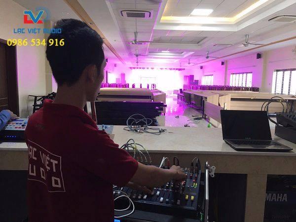 Kỹ thuật viên Lạc Việt test hệ thống âm thanh, ánh sáng