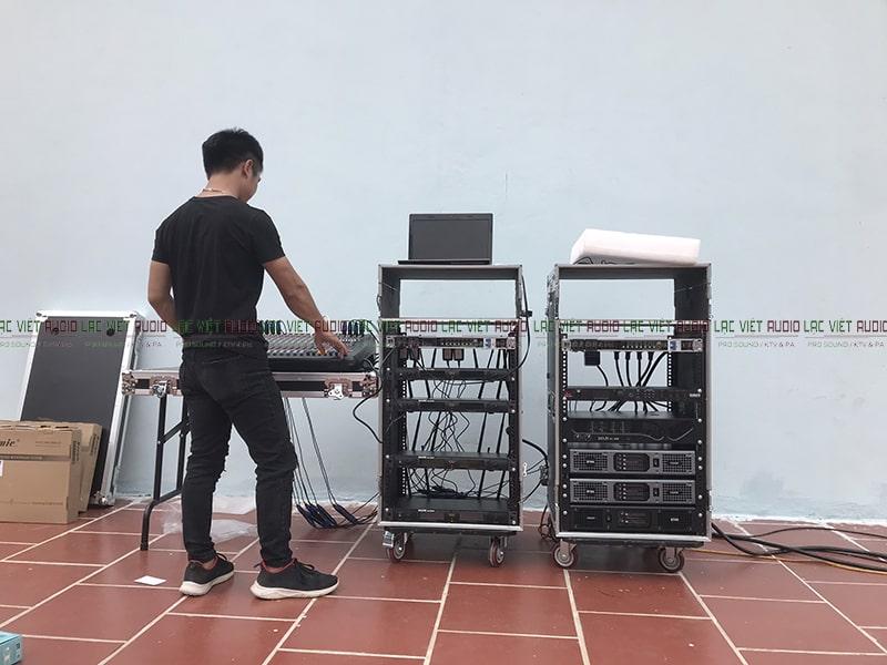 Hệ thống thiết bị âm thanh chuyên nghiệp được đặt vào tủ rack di động
