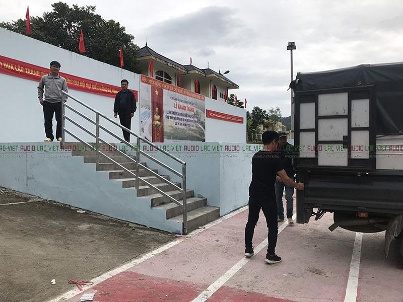 Thi công lắp đặt hệ thống âm thanh ở khu sân vận động không gian rộng của huyện