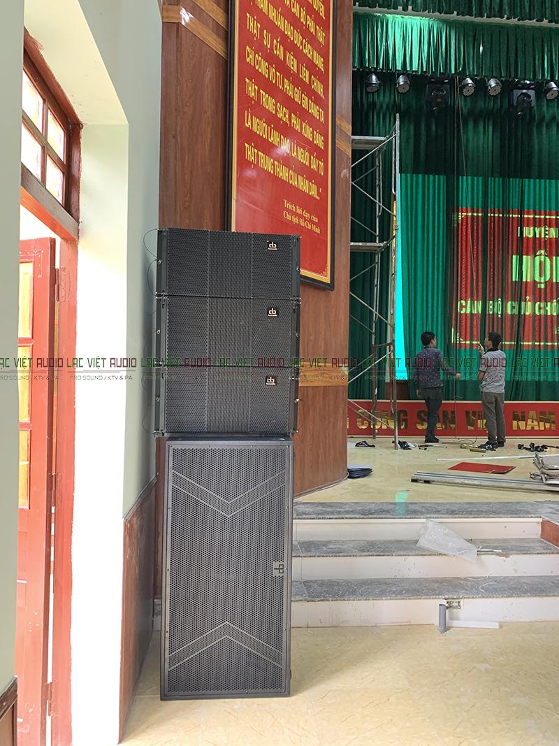 Hệ thống loa được bố trí 2 bên sườn trên sân khấu chuyên nghiệp