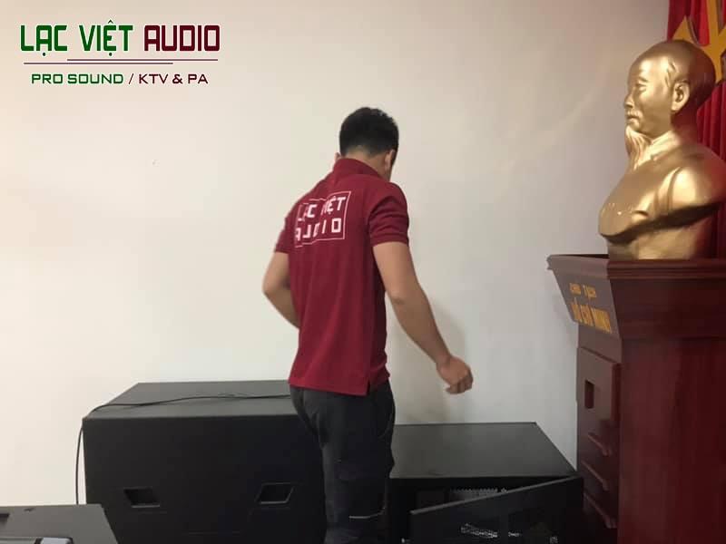 Nhân viên lắp đặt dự án âm thanh tại Văn Quán - Hà Đông