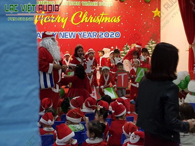 Các em bé trong trường mầm non vui vẻ nhận quà