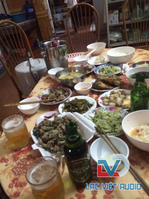 Sau khi lắp đặt là bữa cơm gia đình thân mật anh Duy Đạo mời chúng tôi