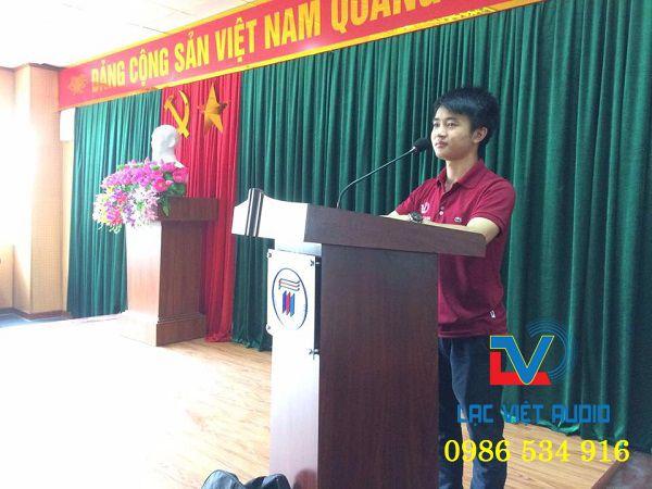 Kỹ thuật viên âm thanh Lạc Việt Audio Test kỹ các thiết bị âm thanh trước khi bàn giao cho trường