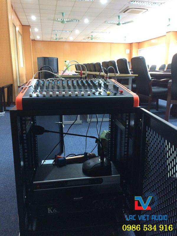Hệ thống thiết bị âm thanh được lắp ráp vào tủ âm thanh
