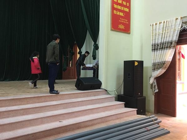 Kỹ thuật viên Lạc Việt tiến hành lắp đặt hệ thống âm thanh