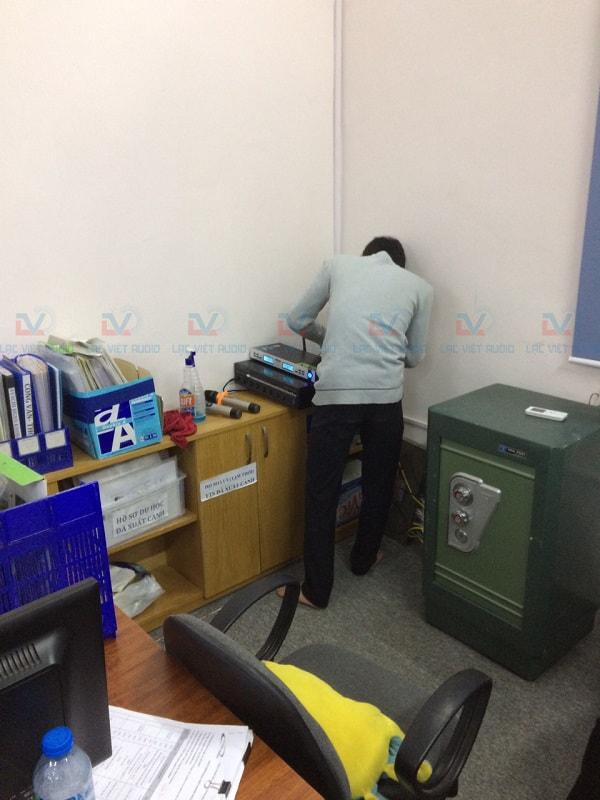 Kỹ thuật viên Lạc Việt đang lắp đặt hệ thống