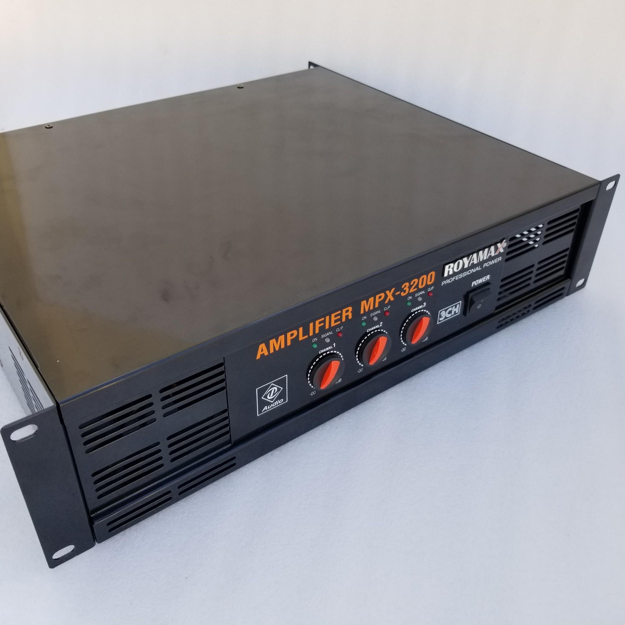 Chi tiết sản phẩm cục đẩy 3 kênh Royamax MPX 3200 từ bên trái