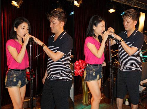 Hướng dẫn cầm micro hát karaoke