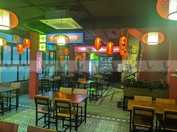 Không gian rất HongKong, yêu cầu những chiếc loa phải hài hòa về mặt thẩm mỹ