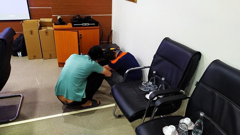 Kỹ thuật viên Lạc Việt Audio căn chỉnh hệ thống xử lý trung tâm