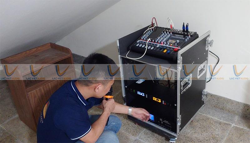 Kỹ thuật viên đang test thử hệ thống trước khi bàn giao