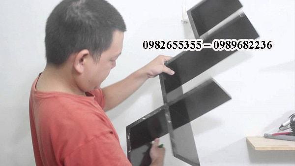 Kỹ thuật viên Lạc Việt đang đo đạc để lắp sản phẩm