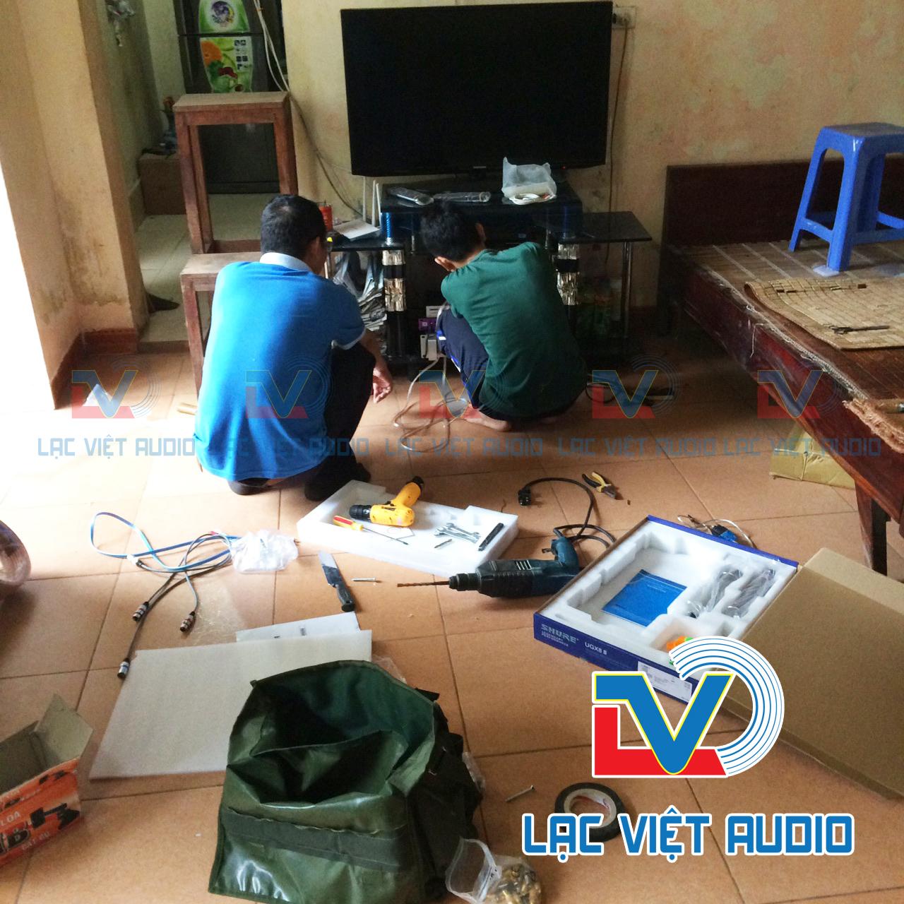 Kỹ thuật viên CTCP âm thanh Lạc Việt đang lắp đặt thiết bị