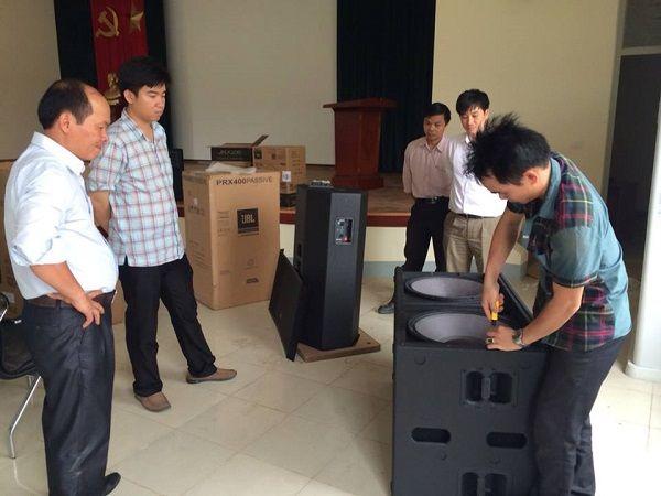 Cán bộ trường giám sát quá trình lắp đặt âm thanh