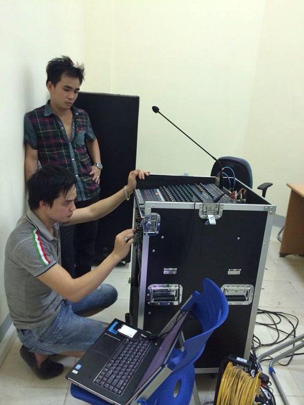 Quá trình lắp đặt hệ thống âm thanh diễn ra xuôn sẻ