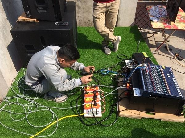 Anh Tùng đang đưa kiểm tra hệ thống âm thanh