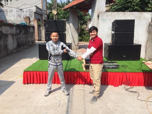 Anh Tùng bắt tay cùng kỹ thuật viên Lạc Việt