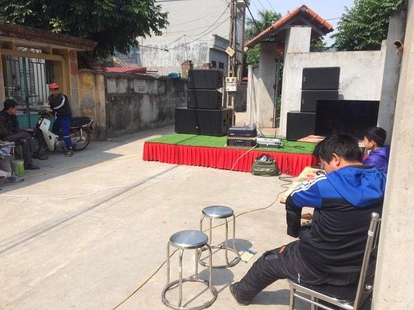 """Rất nhiều """"khán giả"""" đến xem Lạc Việt audio lắp đặt hệ thống"""