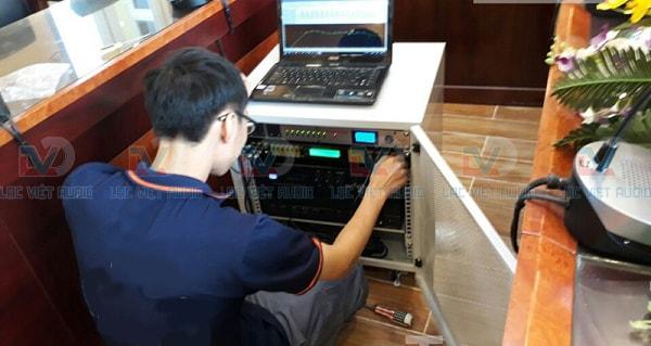 Kỹ thuật viên Lạc Việt audio đang cấu hình các thiết bị