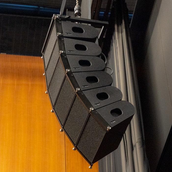 Loa array PL-audio LA 206 được sử dụng trong các chuyến lưu diễn của các ban nhạc lớn
