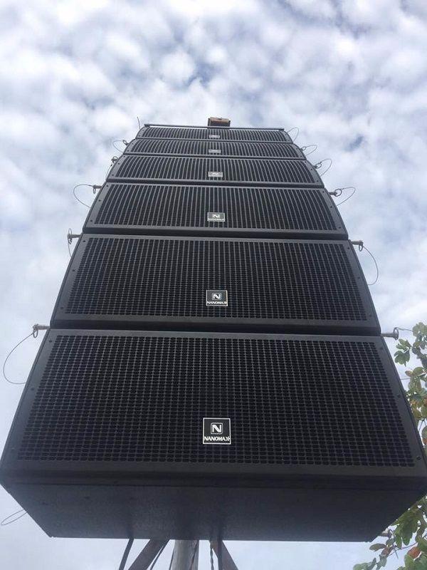 Loa Array Nanomax được treo lên ngoài sân khấu ngoài trời