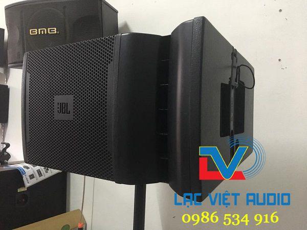 Loa JBL VRX932 được ghép với nhau và treo lên tạo một góc phủ âm thanh rộng