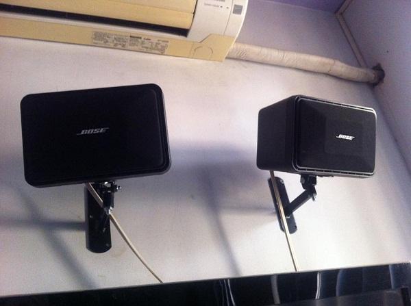 Loa karaoke Bose 101 kết hợp với giá nhìn khá đẹp mắt