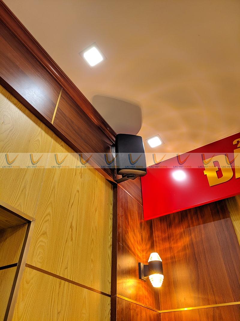 Loa treo tường được lắp đặt tại góc nhỏ của căn phòng