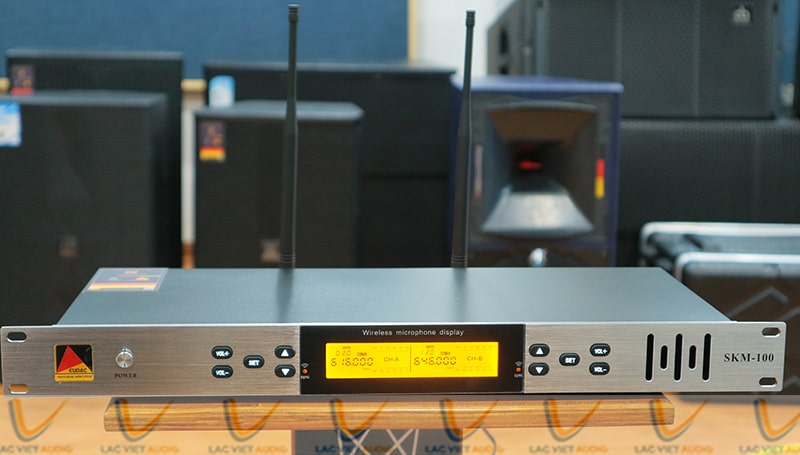 Mặt trước đầu thu EUDAC SKM100 là màn hình LED nổi bật