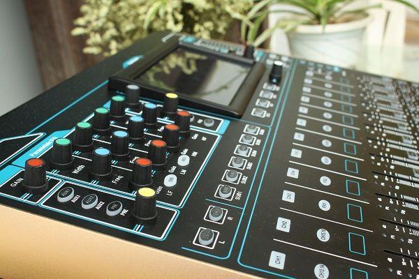 Hình ảnh thực tế bàn mixer Digital DB V16F